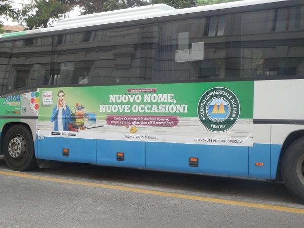 adesivo negli autobus
