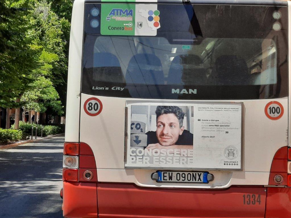 cartelloni negli autobus