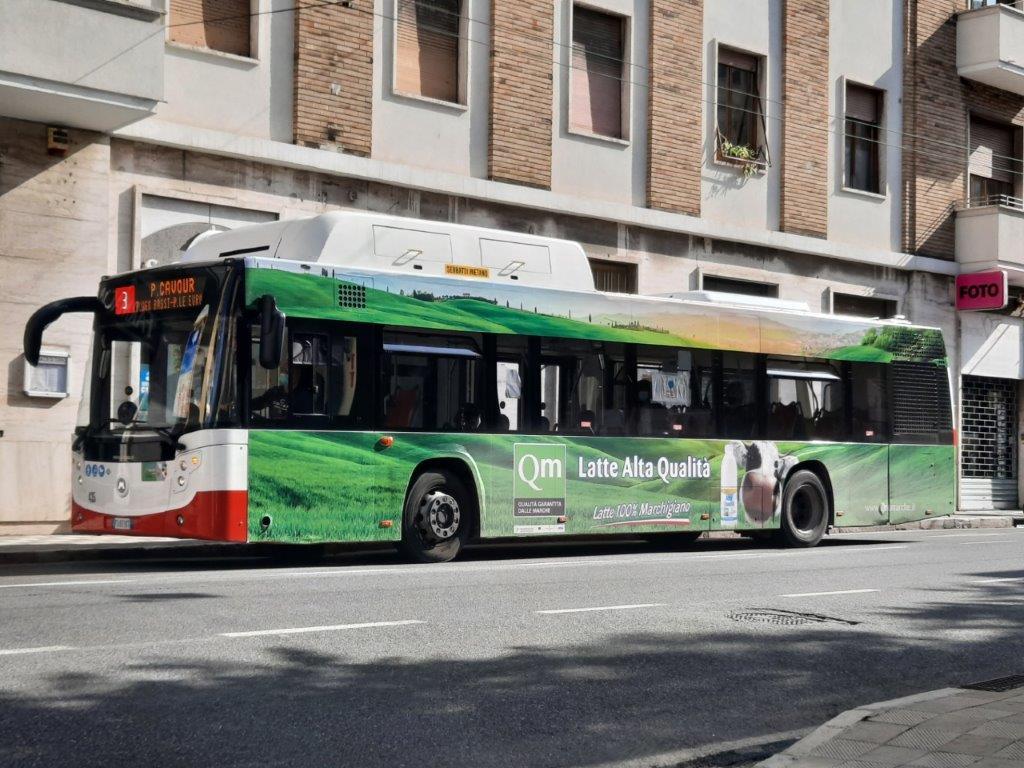grandi pubblicità esterne negli autobus